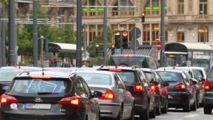 Mehrere Autos stehen in einer Großstadt im Stau