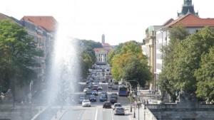 Dichter Verkehr auf Straße in einer Großstadt