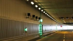 Blitzeranlagen in einem leeren Stadttunnel