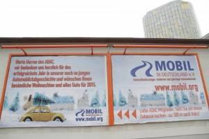 Orangefarbene Plakatwand in der Stadt