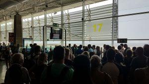 Menschen am Flughafen