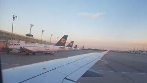 Ausblick aus einem Flugzeugfenster auf den Münchner Flughafen, Lufthansa