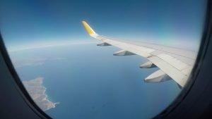 Blick aus einem Flugzeugfenster