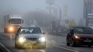 Vorsicht bei nassen und glatten Straßen
