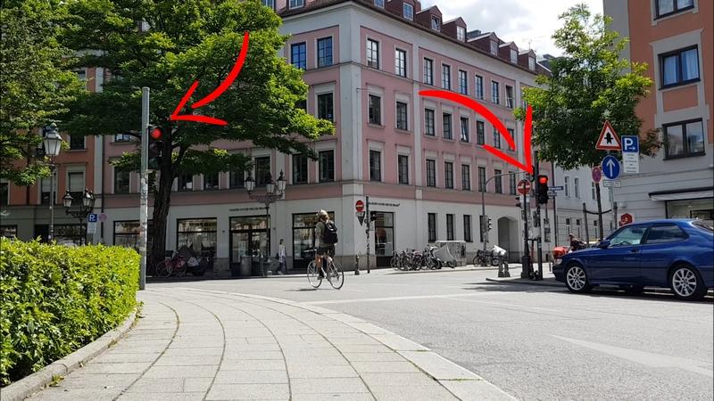Radfahrer überfährt rote Ampel am Gärtnerplatz in München